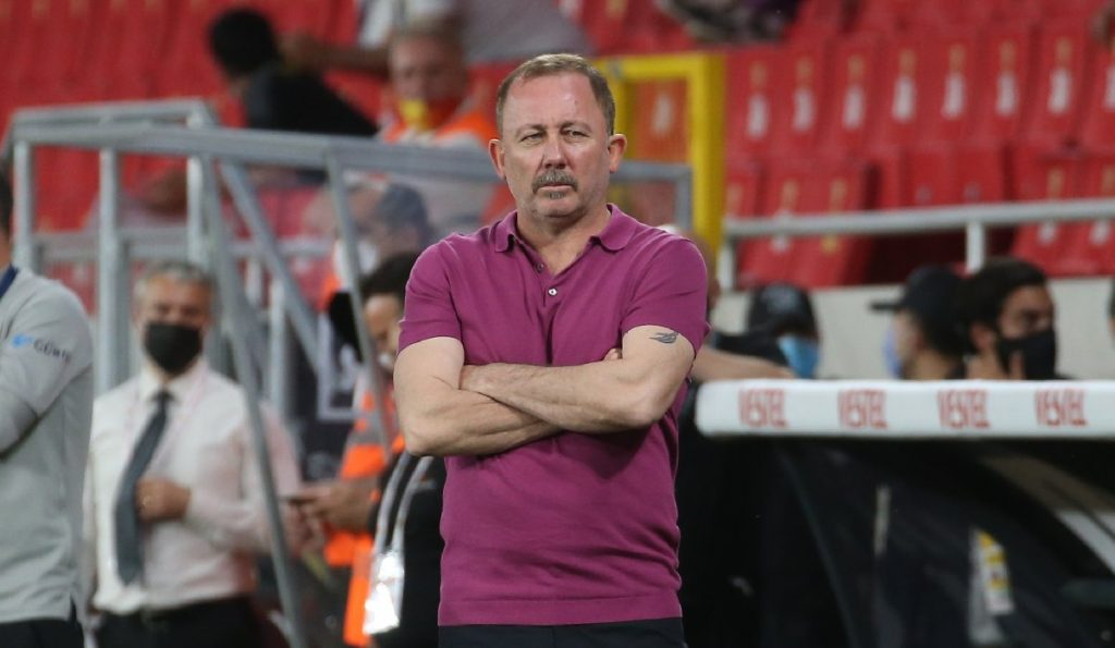 Süper Lig'de 2020-2021 sezonunun şampiyonu Beşiktaş oldu! Son haftaya kalan büyük heyecanda siyah-beyazlılar, İzmir'de Göztepe'yi 2-1 mağlup ederek ligde 16. şampiyonluğunu ilan etti.