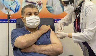 Bakan Koca kendisi ve ailesinin aşı olmadığı iddialarını yalanladı